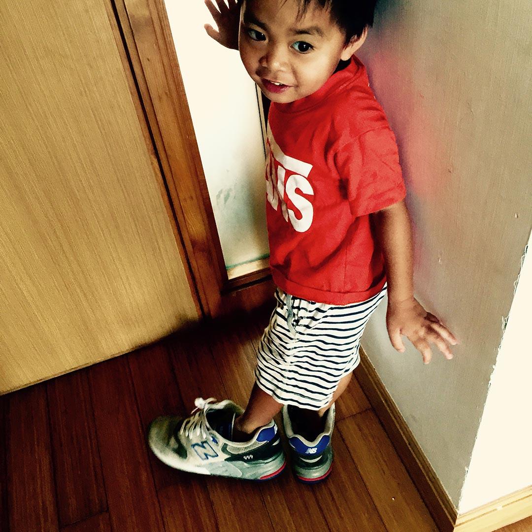 小孩穿上爸媽的鞋子,想像自己的未來。Esther提供相片。
