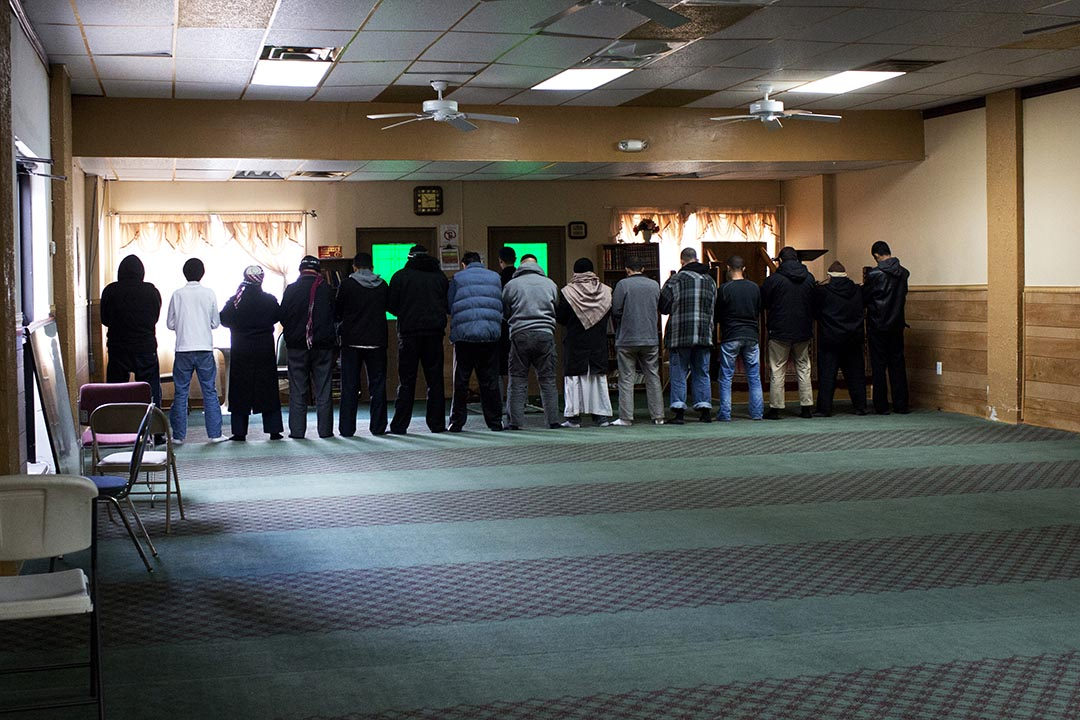 穆斯林在Hamtramck伊斯蘭中心內祈禱。攝 : Laura McDermott/端傳媒