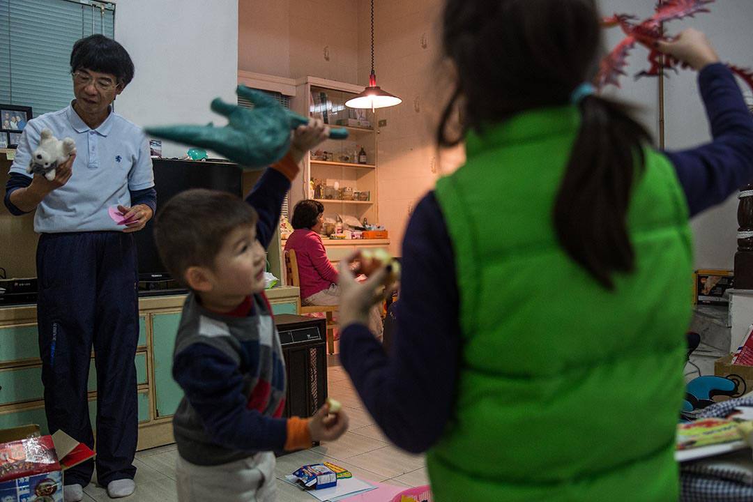 孫子於新竹老家玩耍,謝素嬉在客廳休息。攝:Billy H.C. Kwok/端傳媒