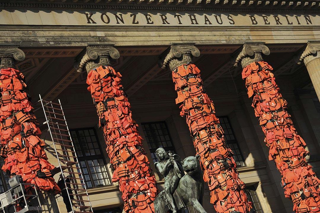 中國藝術家艾未未用14000件從希臘列斯伏斯島(Lesbos)收集回來的橙色難民救生衣將柏林音樂廳變為了難民紀念碑。攝 :Stefanie Loos/REUTERS
