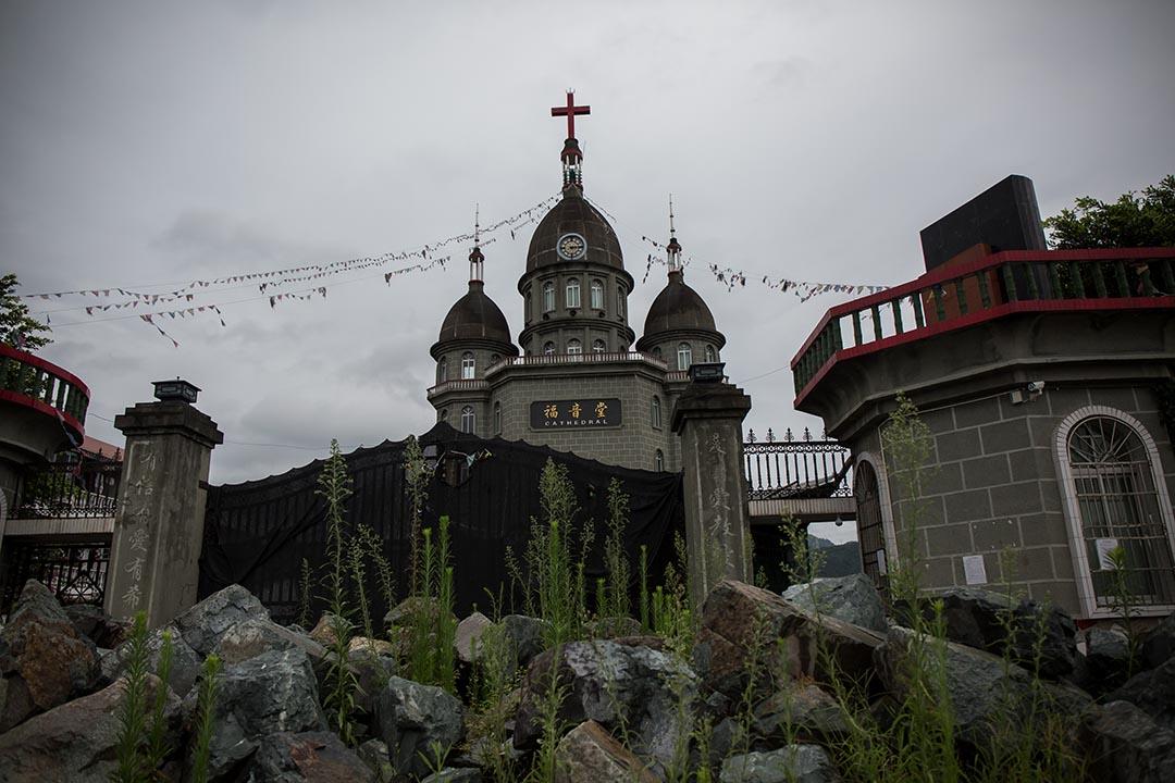 信徒在教堂的入口放石頭阻止拆遷十字架車輛進入教堂。攝:Billy H.C. Kwok/端傳媒
