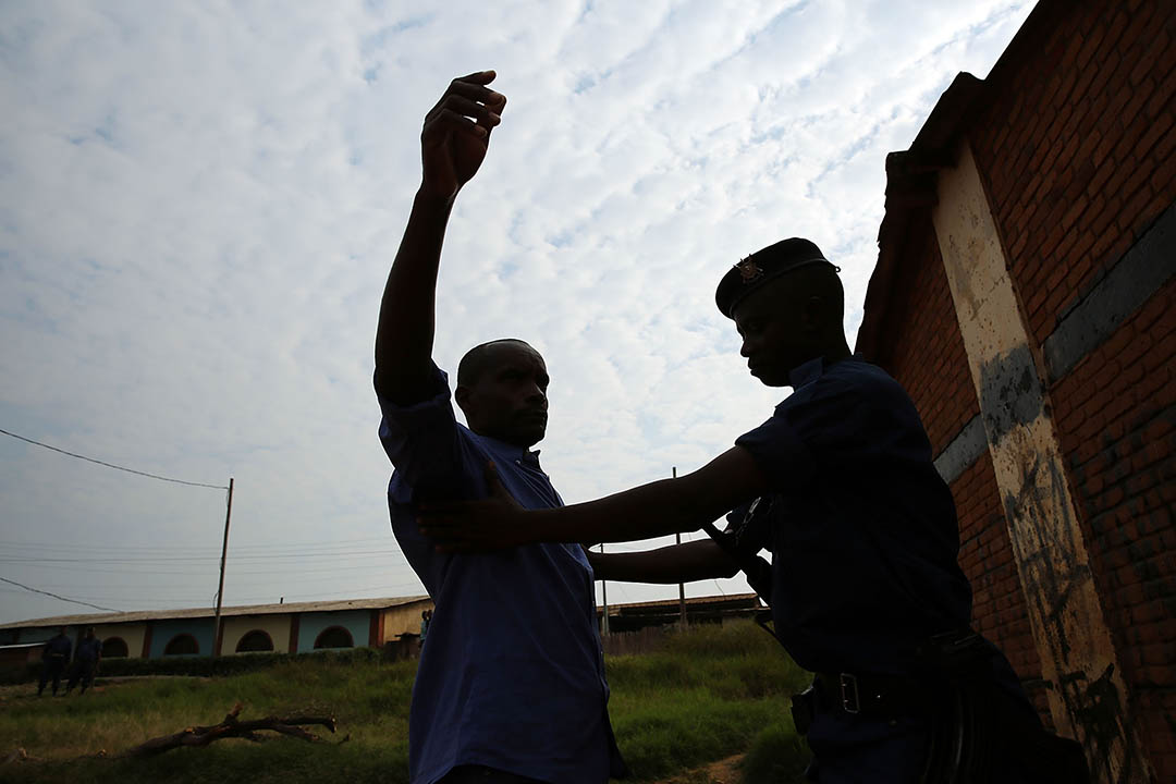 非洲布隆迪一名男子在被警察搜查。攝:Spencer Platt/Getty