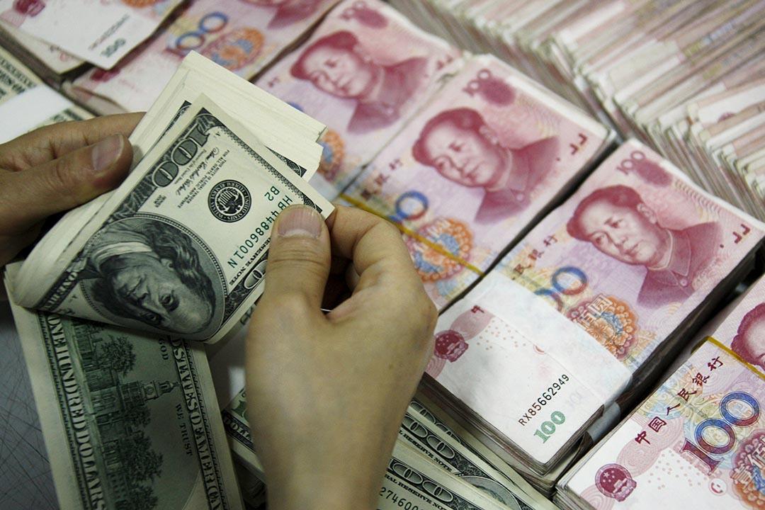 2015年12月,中國外匯儲備與11月相比下降1079億美元,創下史上最大單月降幅。攝:Stringer/REUTERS