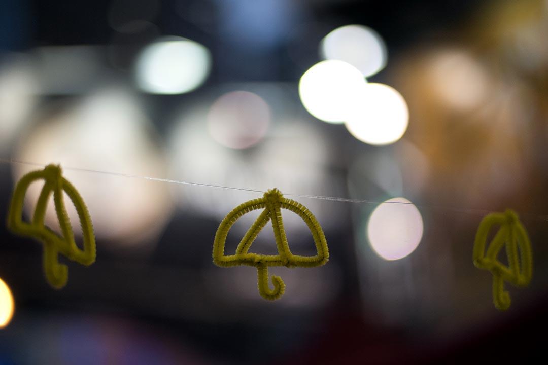 圖為懸掛在佔領區的雨傘標誌。 攝: ALEX OGLE/AFP