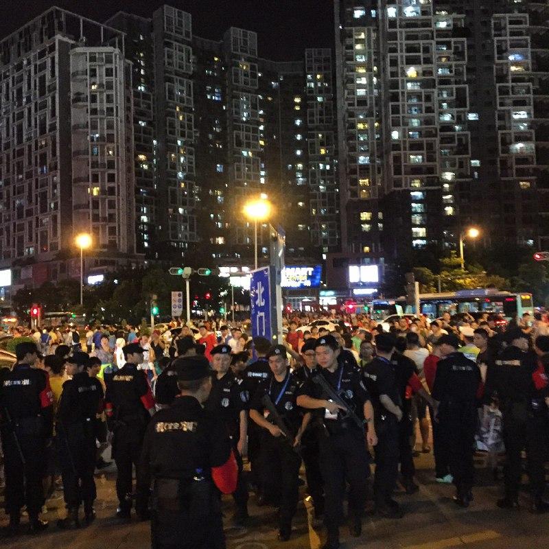 持槍特警組成列隊,向場外未能買票市民推進。