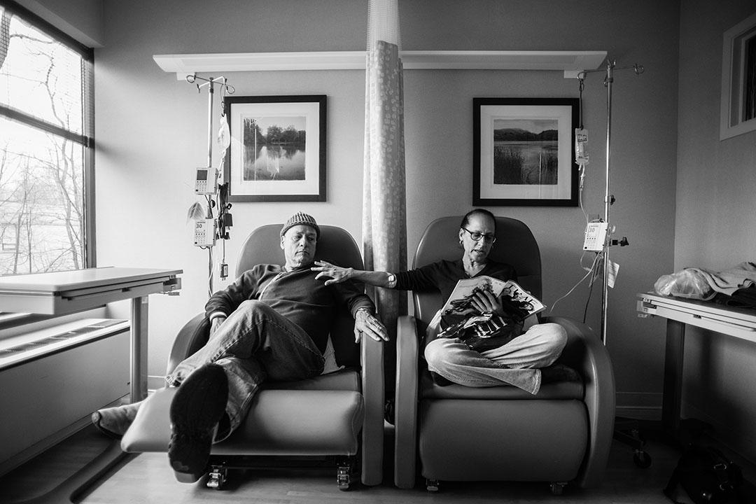 2013年1月,美國康湼狄格州,攝影師的父親候爾(左)與母親羅拉一同接受化療,候爾稱呼接受化療時坐着的椅子為「他和她的坐椅」。摄:Nancy Borowick,美國,2015,「由死亡看生命」