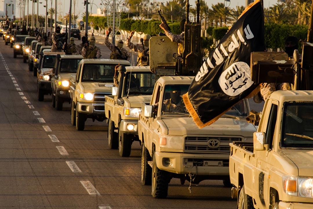 「伊斯蘭國」(IS)武裝份子駕駛豐田汽車在利比亞海濱城市蘇爾特的街道上經過。攝 : WELAYAT TARABLOS via AFP