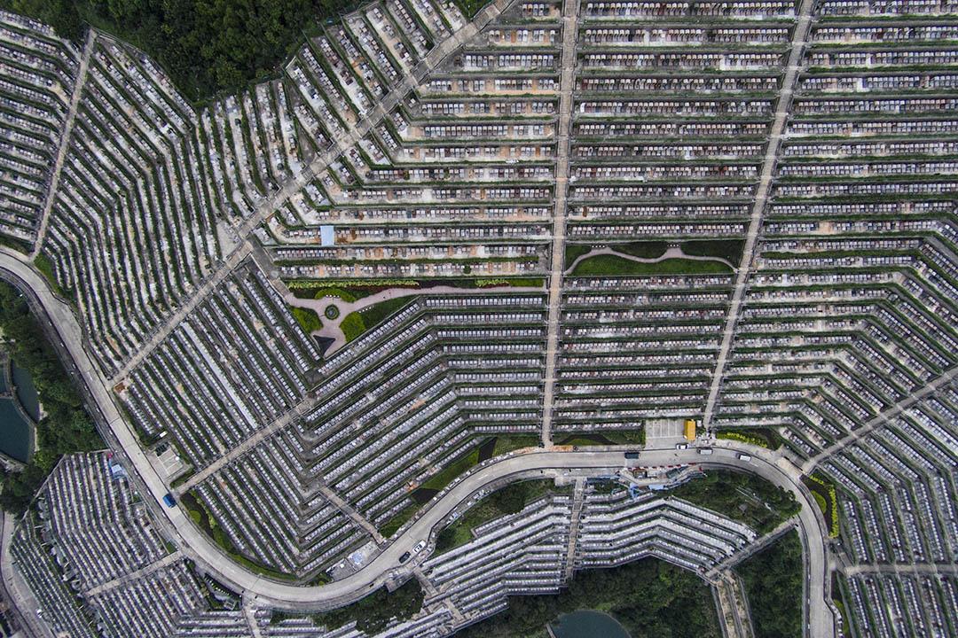 圖為香港高空拍攝的墳場。攝:林亦非/端傳媒