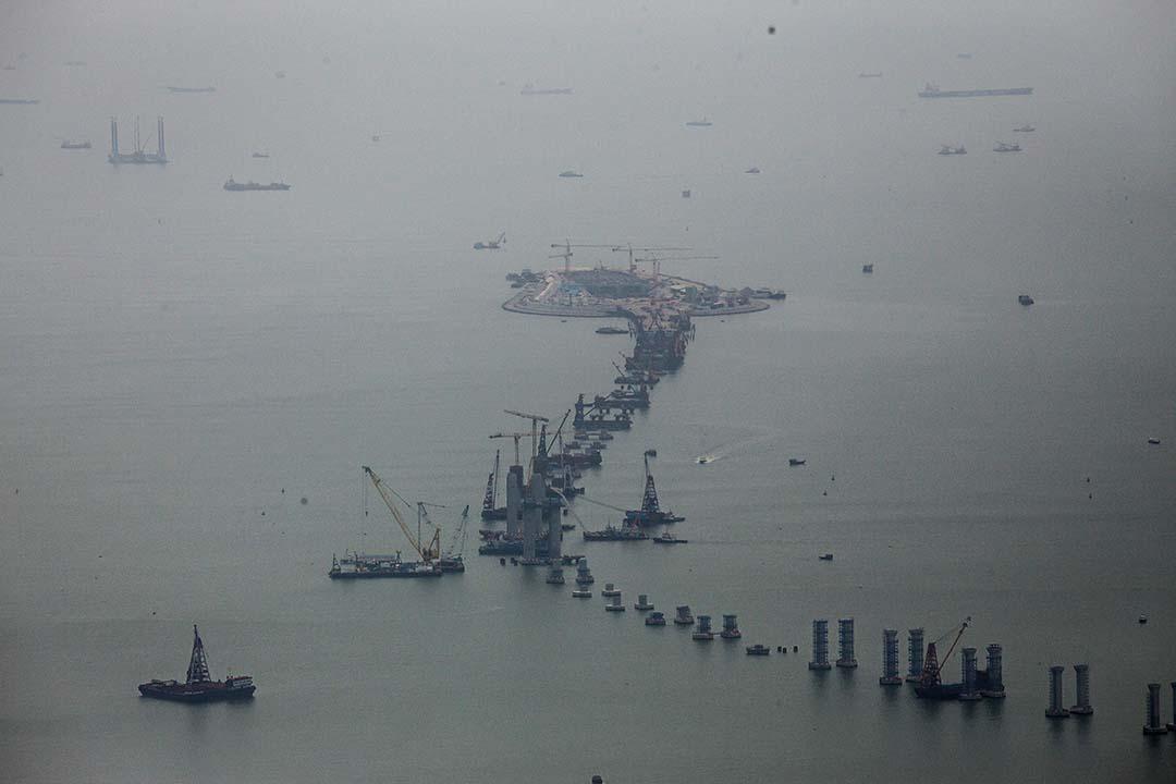 港珠澳大橋香港段工程延誤至2018年底終於通車。