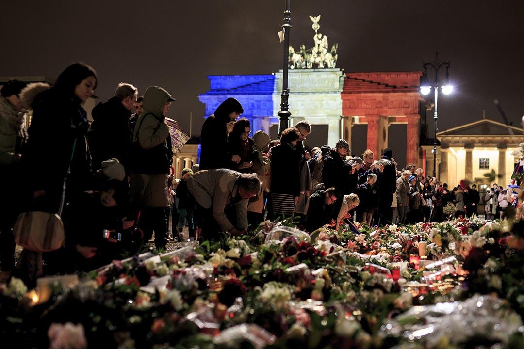 德國柏林的法國領事館外放滿了鮮花和蠟燭以示哀悼。攝:Carsten Koall/Getty