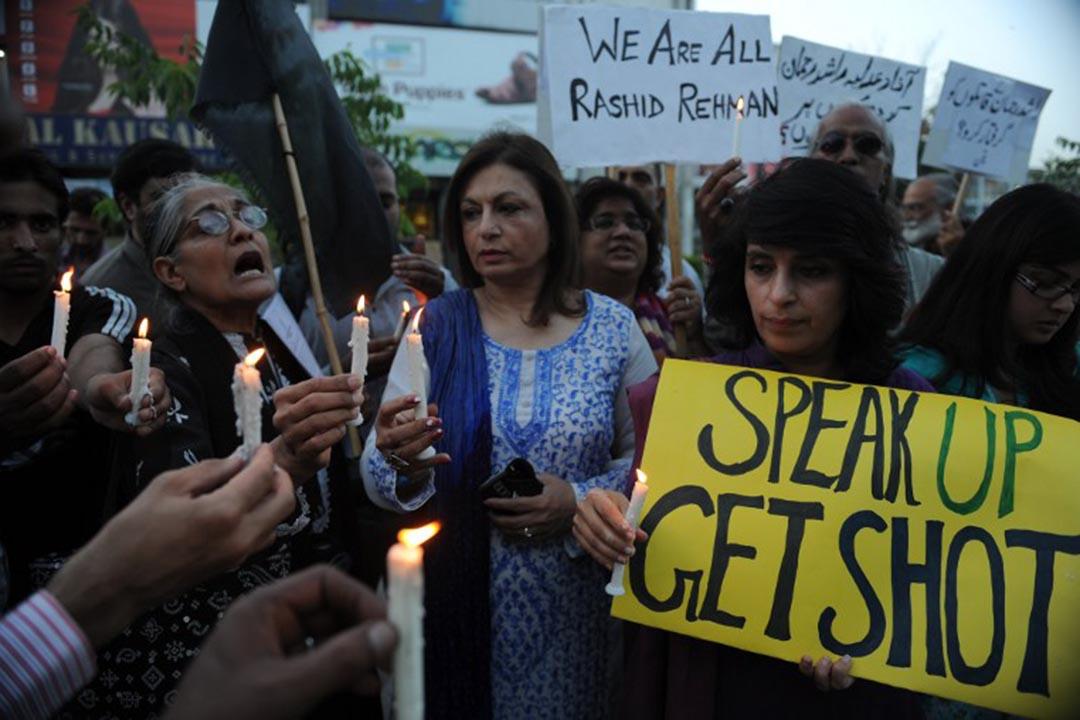 巴基斯坦人權委員會(HRCP)會員手持蠟燭和標語大喊示威口號抗議巴基斯坦律師拉希德·拉赫曼在伊斯蘭堡被無理殺害。攝 : Aamir Qureshi/AFP