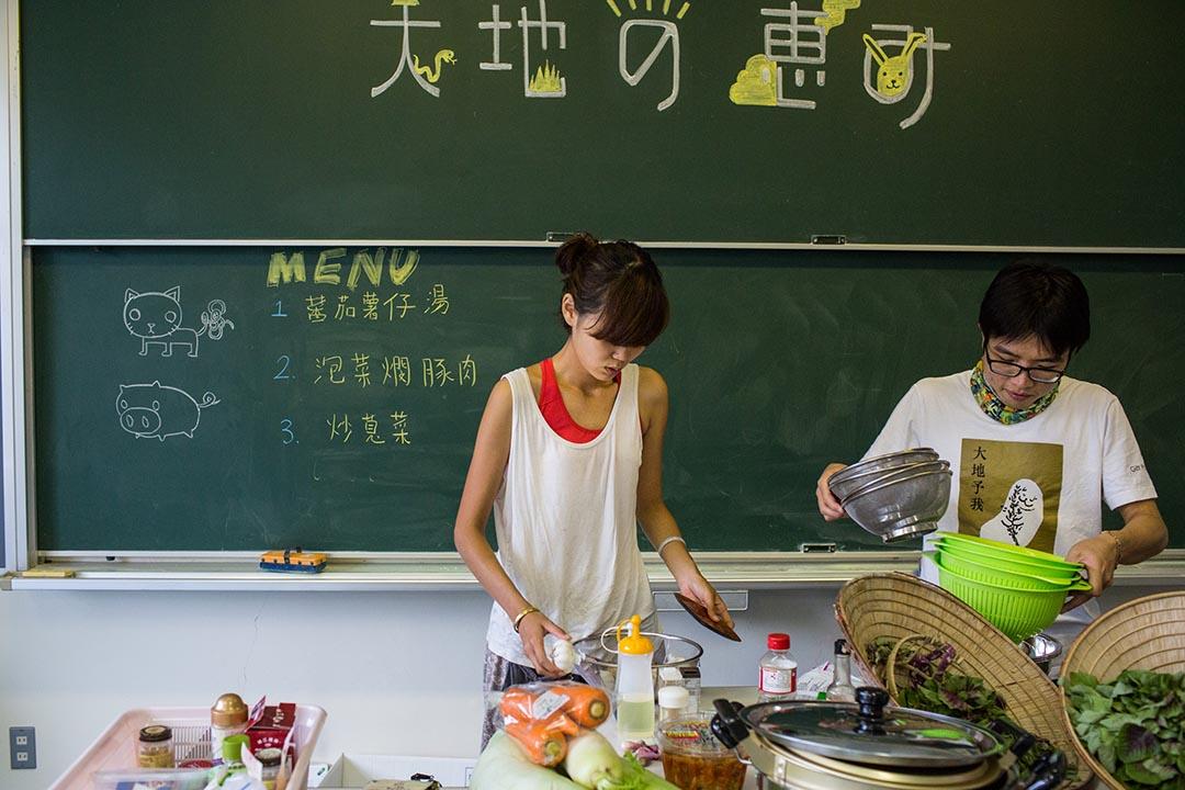 2015年8月23日 日本十日町市 林自立(右) 在越後妻有大地藝術展中的香港烹調工作坊內準備材料。攝: Nicole Tung /端傳媒