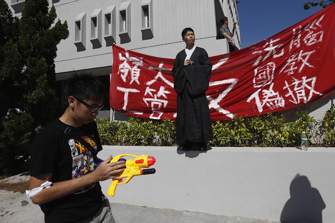 一名學生於2012年穿着傳統服飾出席反國教科罷課集會。 攝:Tyrone Siu/REUTERS