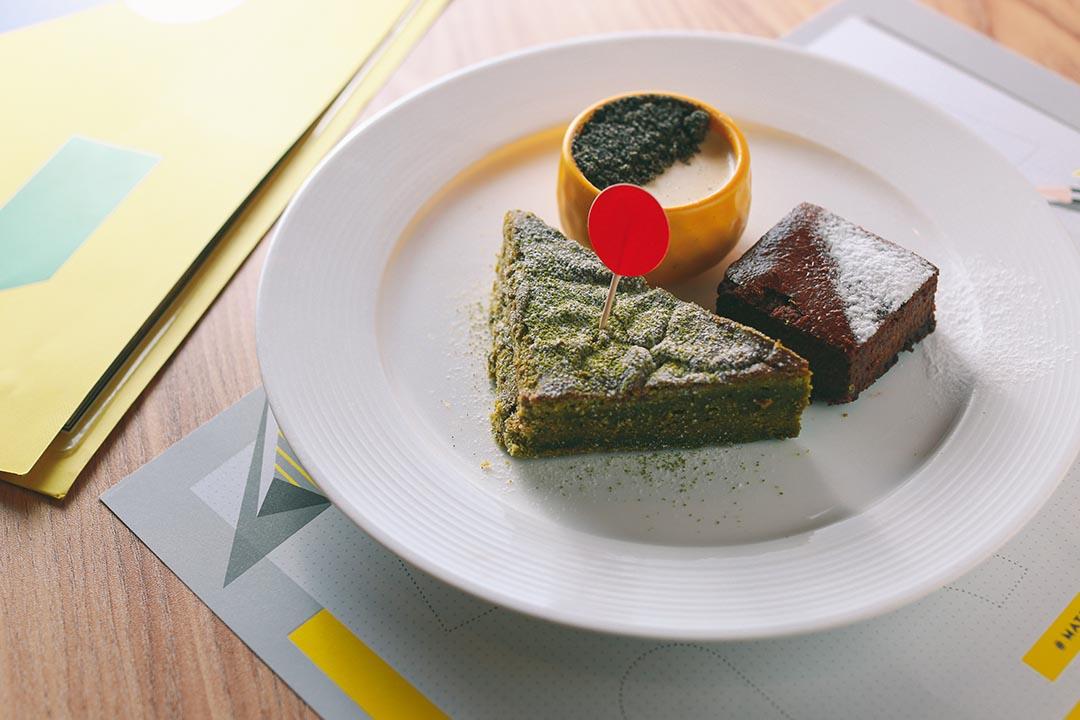 Dessert Platters Matter 除了咖啡味芝士蛋糕,還有綠茶蛋糕及芝麻布甸。攝:王嘉豪/端傳媒