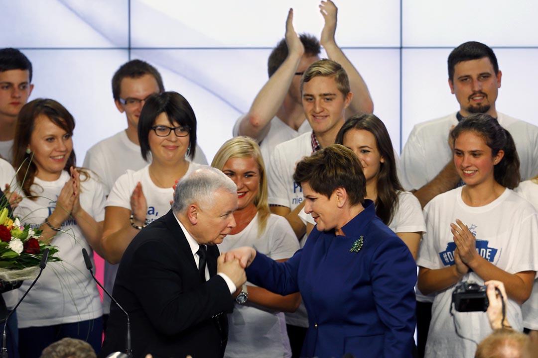 波蘭主要反對黨法律和正義黨的領導人雅羅斯瓦夫·卡欽斯基(左)親吻總理候選人希德沃(Beata Szydło)的手。攝 : Pawel Kopczynski/REUTERS