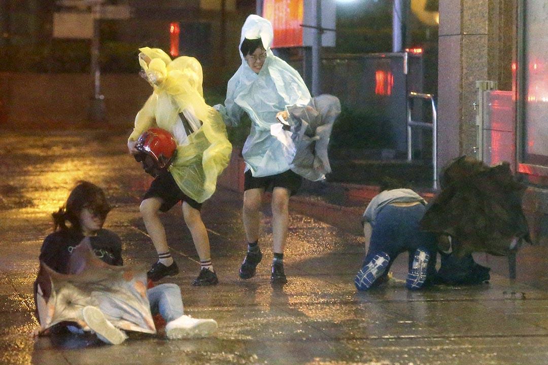 台北路人逆風而行。一些途人被吹倒。攝 : Edward Lau/REUTERS