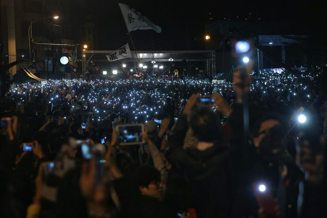 2016年1月16日晚上,蔡英文支持者在集會上揮動手機發出的燈光。攝:張國耀/端傳媒