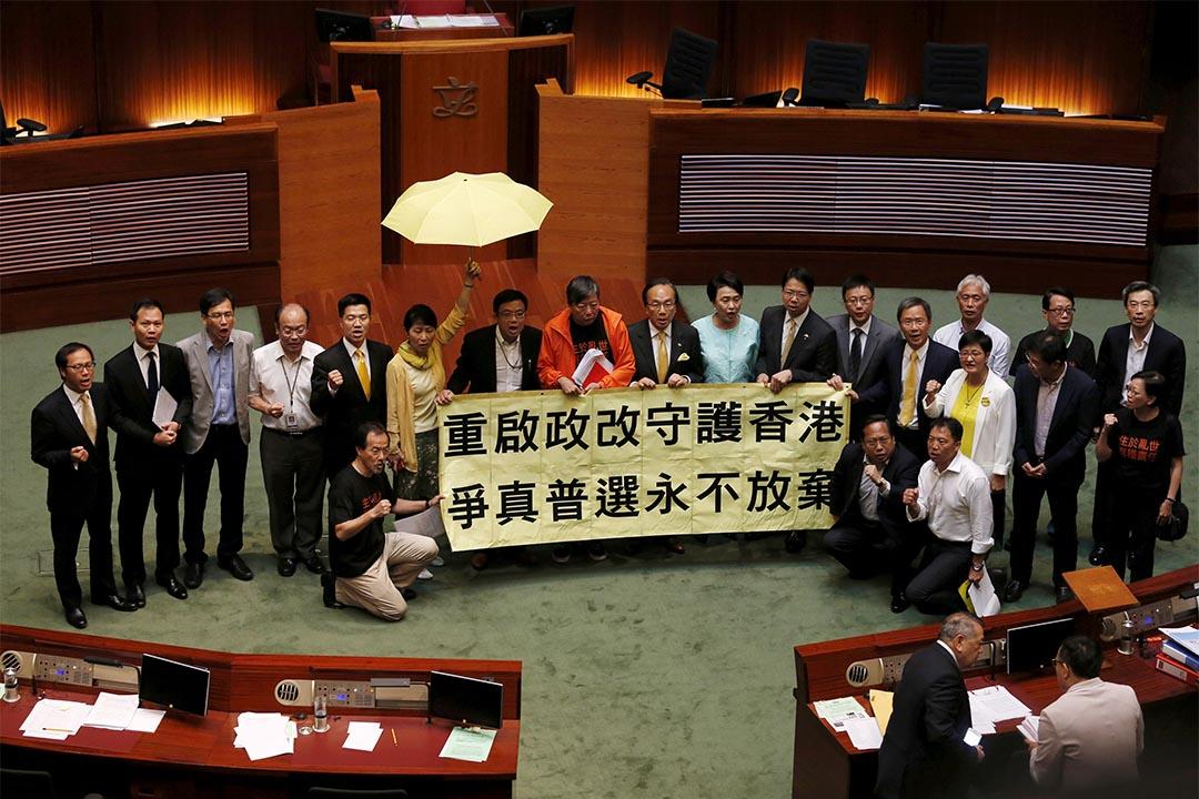 政改方案在立法會遭否決後,泛民主派議員走到會議廳中心展示標語及呼喊口號。 攝:Bobby Yip/Reuters