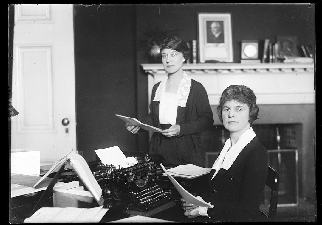 1921至1923年,兩名女士在掛有美國總統哈定肖像的辦公室工作。攝:Harris & Ewing/Library of Congress/Handout via Reuters