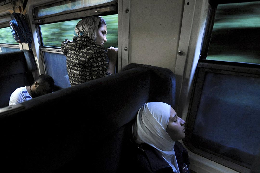 一名中東移民在通向馬其頓的火車中望出窗外。