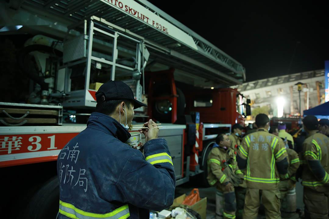 2016年2月7日,台南,消防員晚上在消防車旁吃晚飯。攝:徐翌全/端傳媒