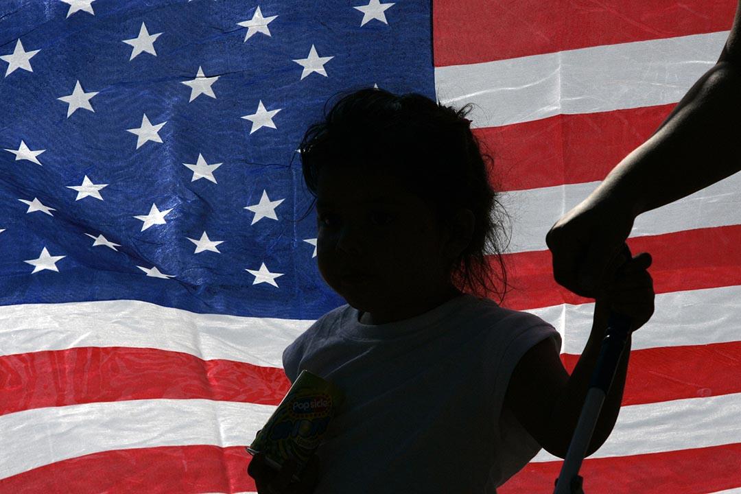 一名女孩在美國國旗前走過。攝: Jessica Rinaldi/REUTERS