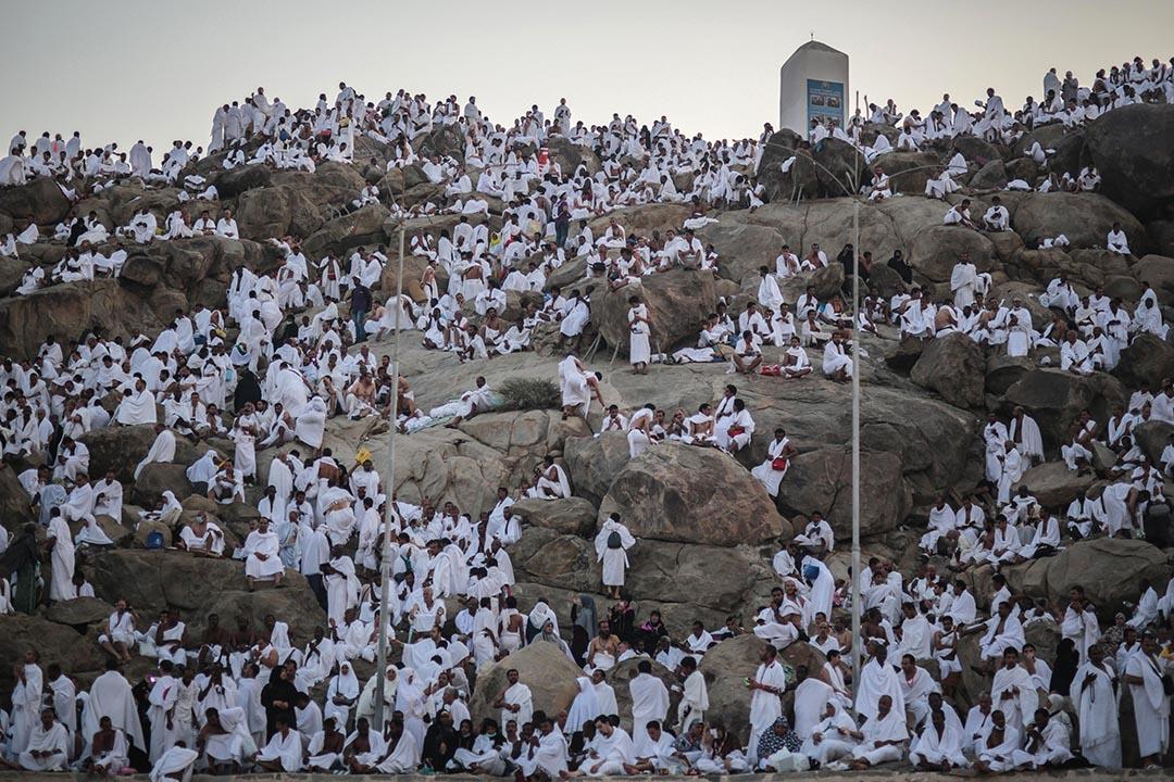 穆斯林朝聖者在朝聖期間,於岩石小山上祈禱。攝 : Mosa'ab Elshamy/AP