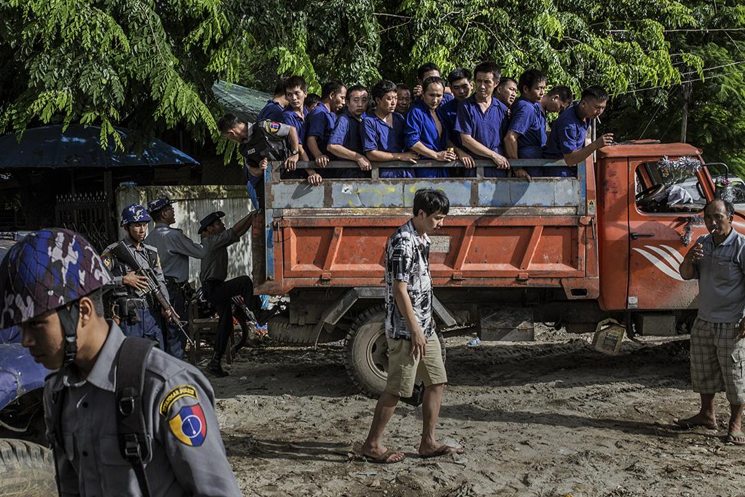 犯人由大卡車運送到法庭。攝: Minzayar/端傳媒