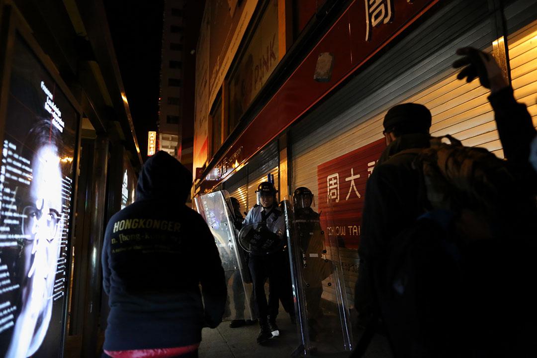 2016年2月9日,凌晨約5時,持盾防暴警察在彌敦道近銀行中心與示威者發生衝突。攝:盧翊銘/端傳媒