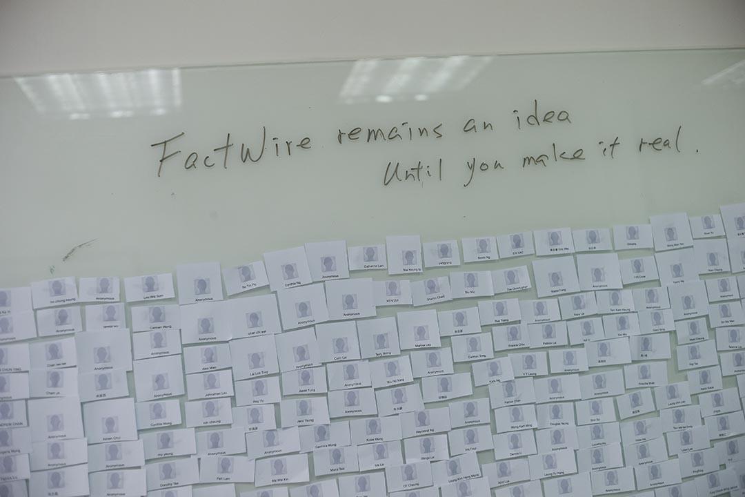 2015年7月21日,FactWire香港辦公室的白板上貼滿了寫有捐款者名字的貼紙。 攝:Jerome Favre/端傳媒