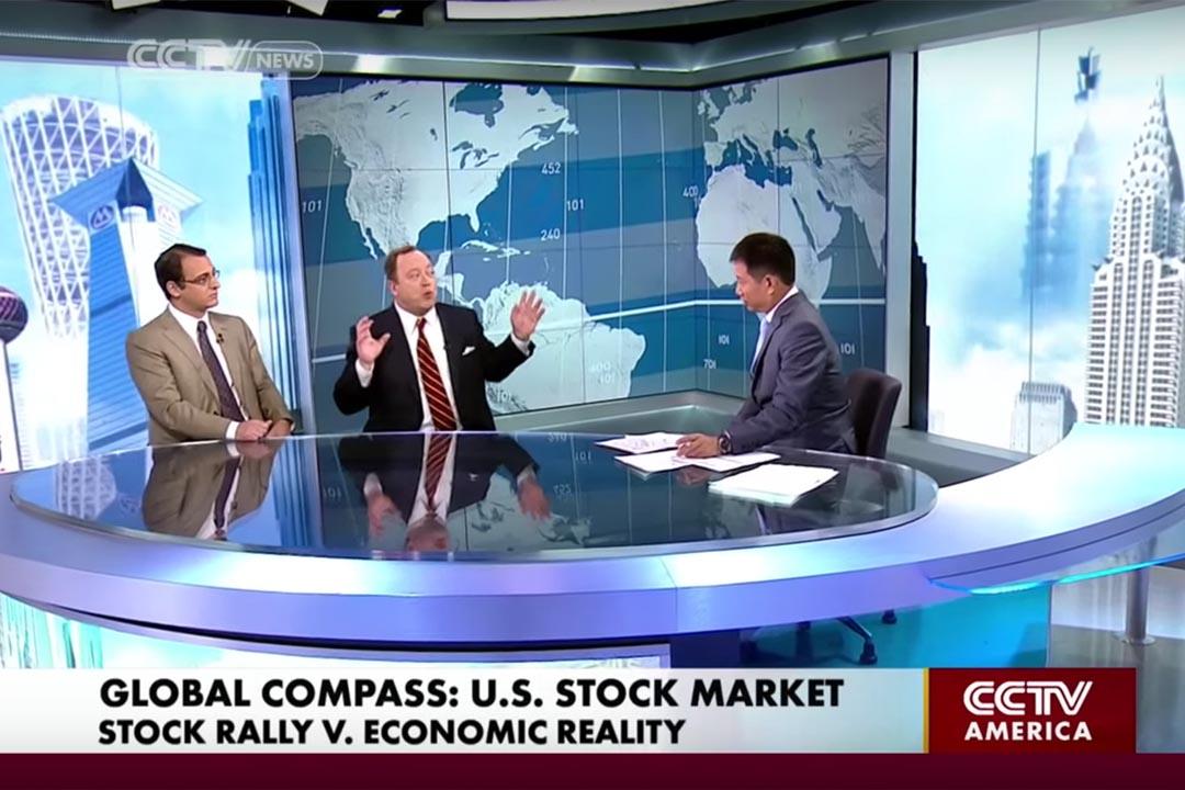 嚴正剛(Philip Yin) 曾擔任商業新聞節目「Biz Asia America」的英文主播。央視北美台(CCTV America)截圖