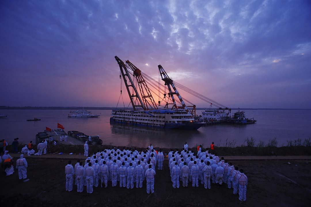 2015年6月5日,救援人員翻沉的「東方之星」遊輪打撈出水。攝: ChinaFotoPress/ChinaFotoPress via Getty Images