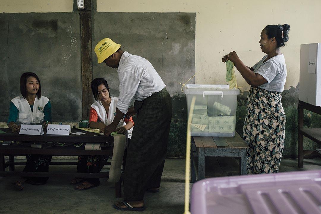 2015年11月8日,緬甸,選民在Hlaingtharyar小學票站內投票。攝:Anthony Kwan/端傳媒