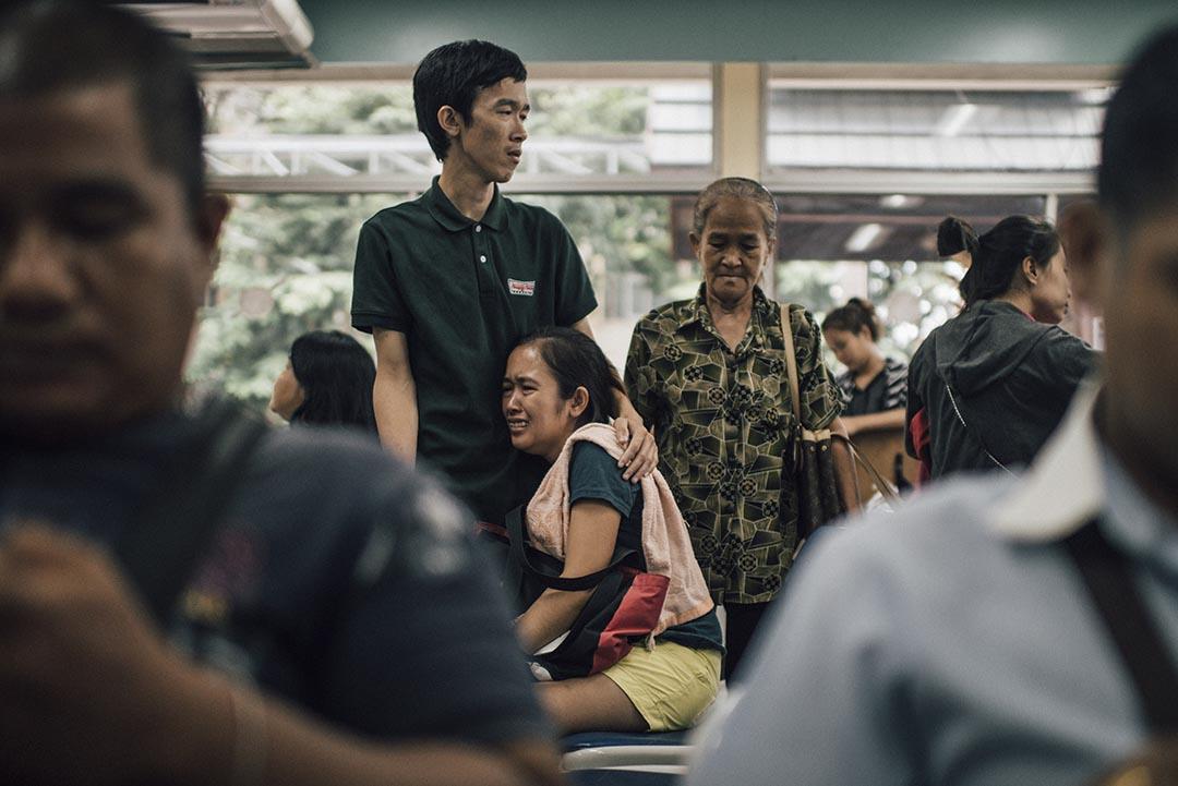 曼谷大爆炸,死者家屬在殯儀館哭泣。
