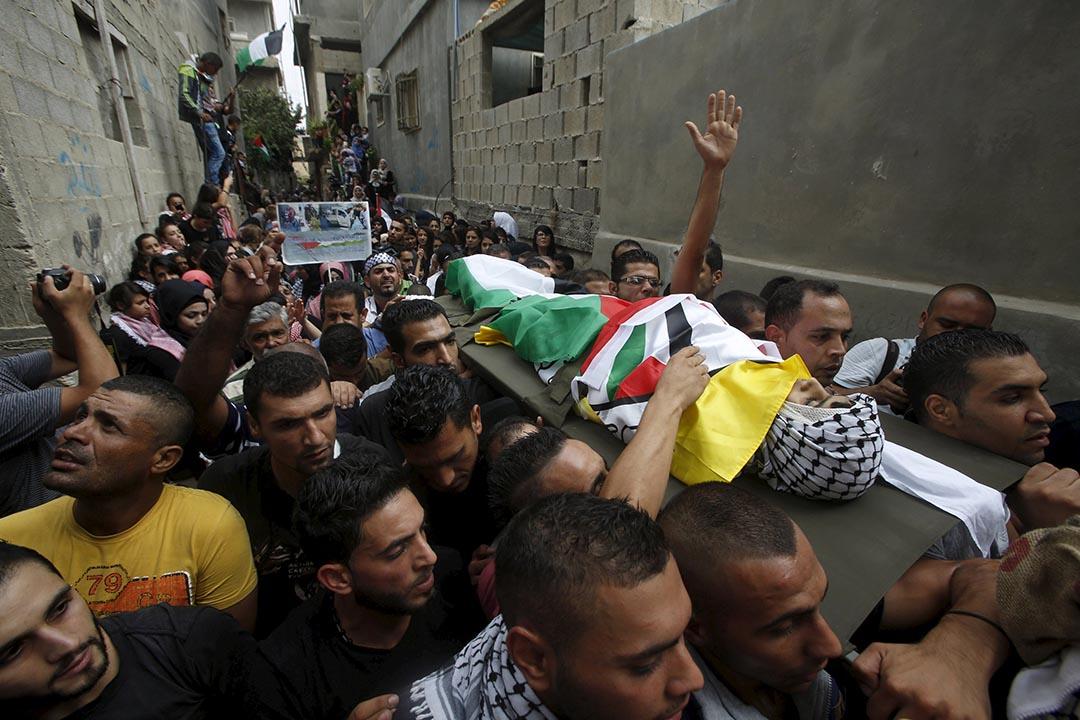 2015年10月6日,伯利恆,13歲巴勒斯坦男孩舉行喪禮。死者於上周一在伯利恆西岸與一名以色列軍人發生爭執後被殺害。 攝:Mussa Qawasma/REUTERS