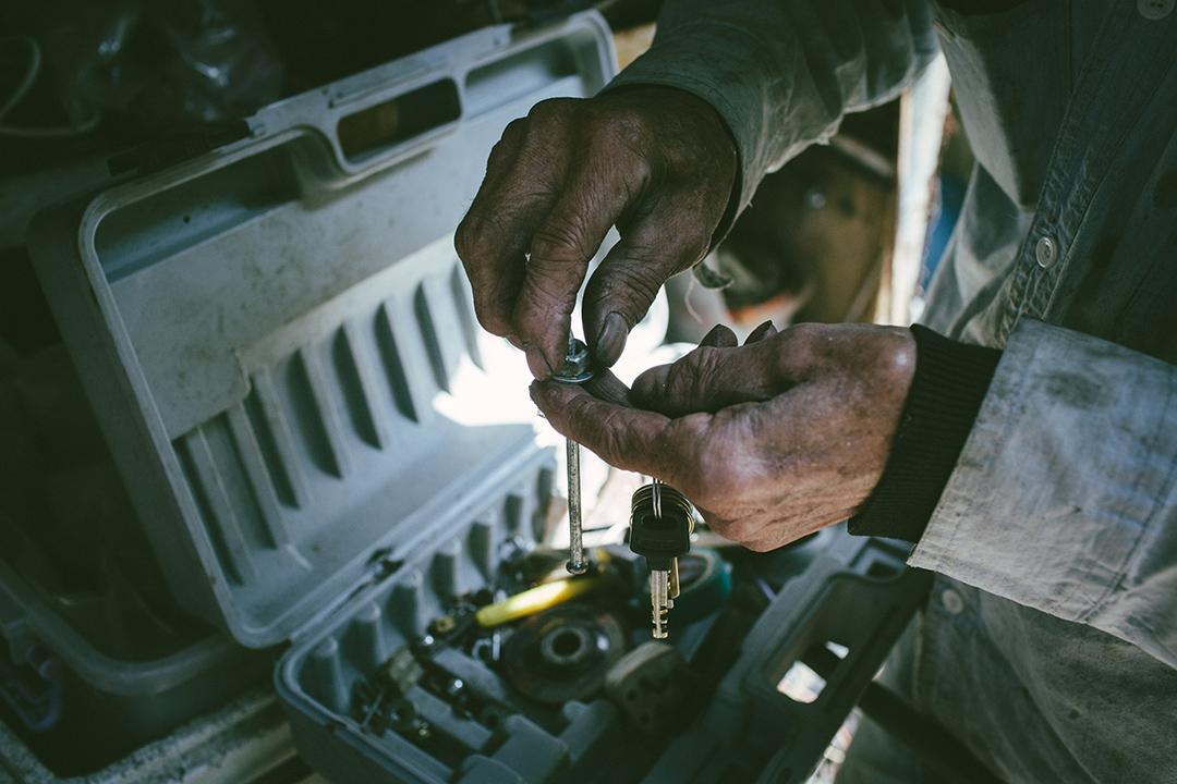 十八歲那年,平叔成了船上的第四號機械師, 開始海上飄流的歲月,。攝 : 王嘉豪/端傳媒