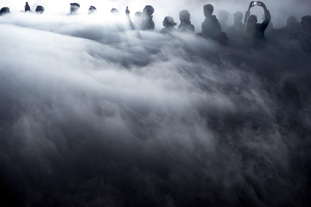 2015年10月3日 比利時布魯塞爾 觀眾站在瑞士藝術家Anne Blanchet 的裝備藝術之中。攝 : Eric Vidal/ Reuters