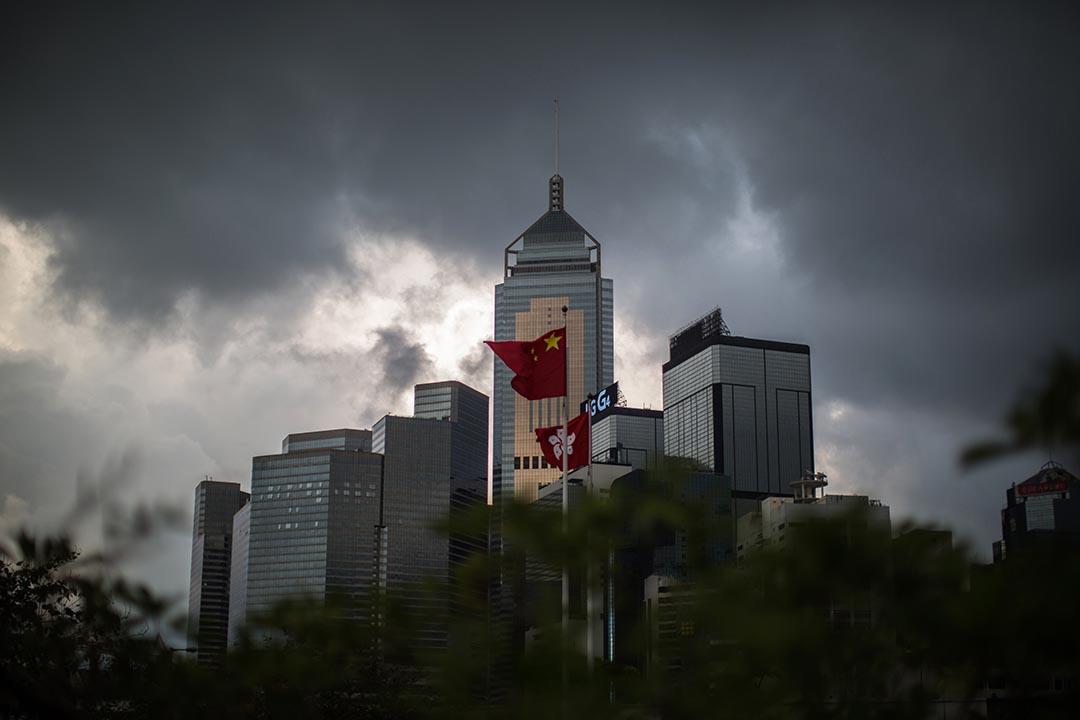 位於金鐘的中國國旗和香港區旗。攝 : Anthony Wallace/AFP