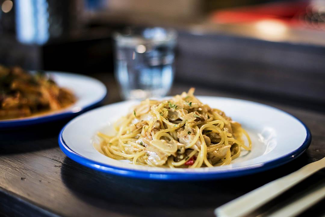 Aglio Olio $120,經典的蒜片炒意粉,意大利家庭最愛。這個卻是小朋友版,點菜時說明不下辣椒,廚師就只用大量蒜片、橄欖油來炒,又香又好味。攝:Keith Tsuji/ 端傳媒