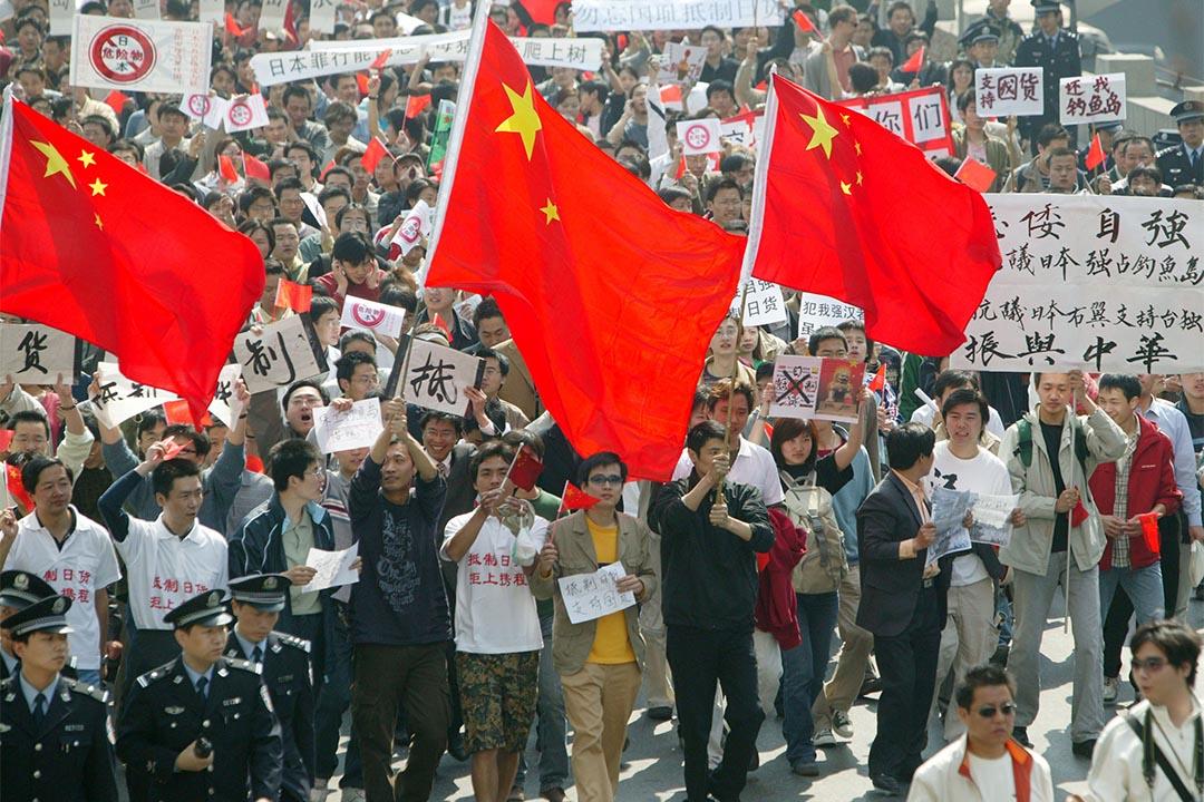 2005年4月16日,上海數萬市民在外灘和人民廣場舉行反日遊行。攝:Gary Zhu/China Photo