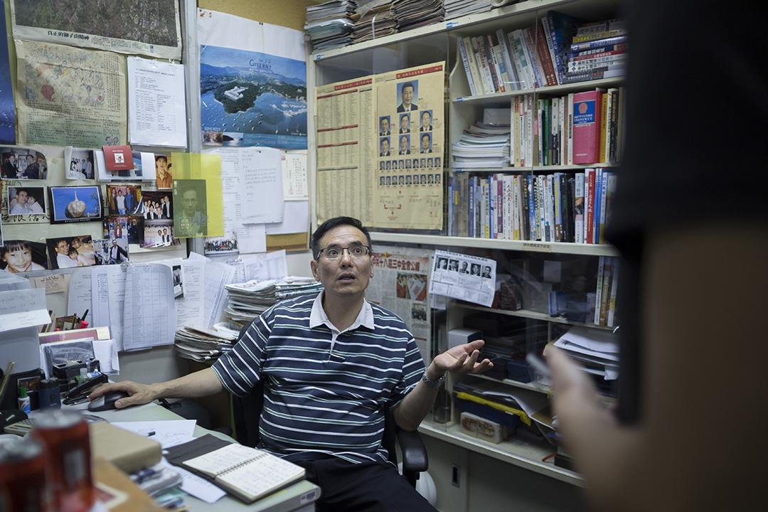 謝志峰在香港電台辦公室與同事談公事。攝: Jerome Favre/端傳媒