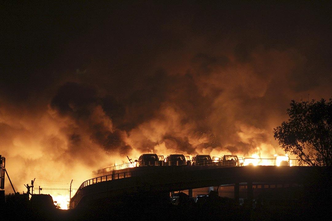 天津爆炸增至50人死亡,最少17名消防員殉職及數百人受傷。 攝 : REUTERS