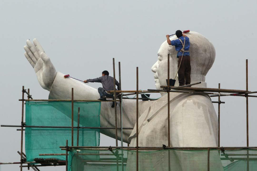 中國四川省成都工人清潔中國前領導人毛澤東的雕像。攝:China Photos/Getty
