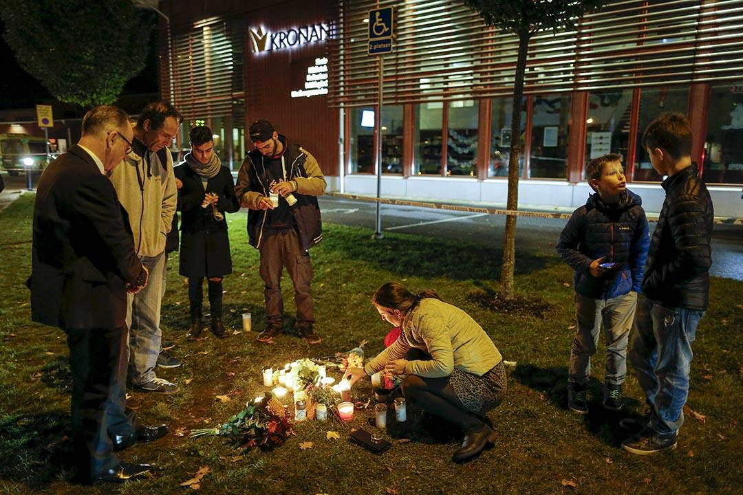 當地市民在發生持劍砍人事件的校園外燃點蠟燭悼念受害者。攝 : Adam Ihse/TT News Agency/REUTERS