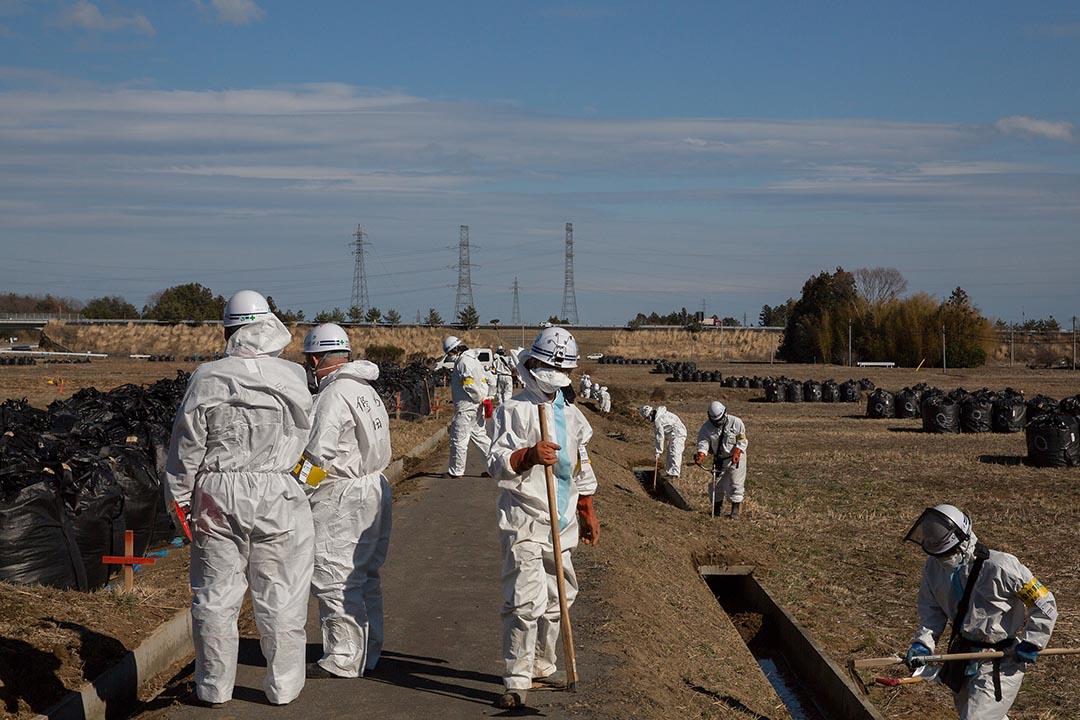 工人正在移除受輻射污染的土壤。 攝: Ken Ishii/Getty Images