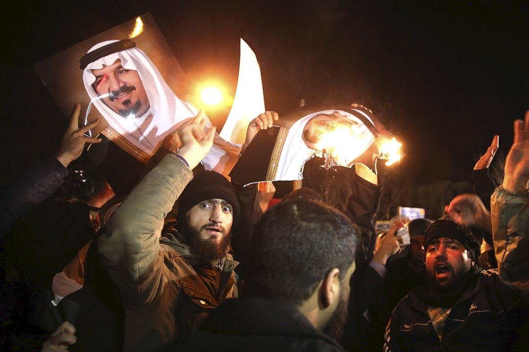 伊朗示威者在沙特駐伊大使館外抗議。攝 : REUTERS/TIMA/Mehdi Ghasemi/ISNA