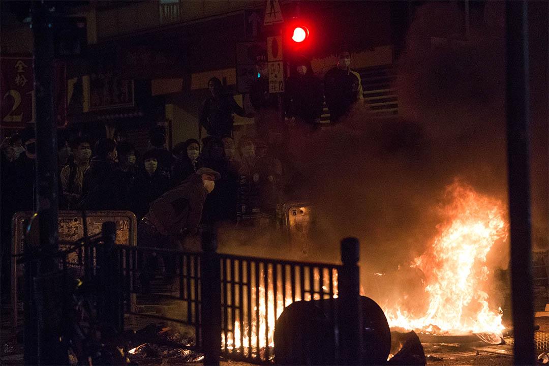 2月9日凌晨,示威者在旺角街頭焚燒雜物。攝:盧翊銘/端傳媒