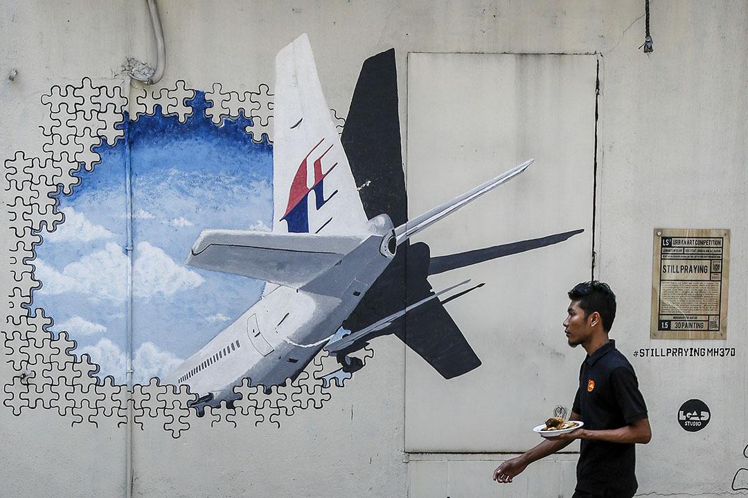 2016年2月23日,馬來西亞,吉隆坡市區墻上關於 MH370 的塗鴉。攝:Joshua Paul/AP