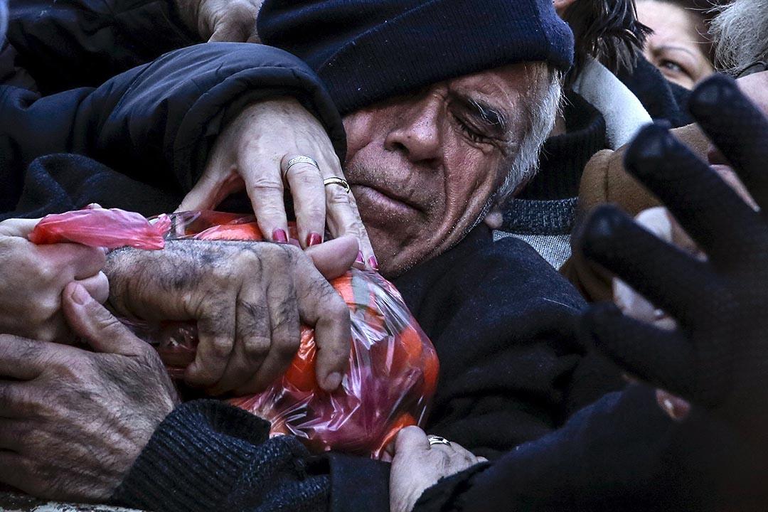 2016年1月27日,希臘雅典,農民與小販抗議養老金改革,向民眾免費派發水果和蔬菜。攝:Alkis Konstantinidis/REUTERS