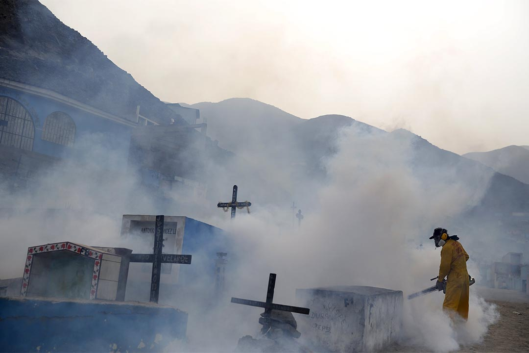 2016年2月1日,秘魯,利馬郊區一個墓地,一名衛生工作者在進行滅蚊工作以防寨卡病毒傳播。攝 :Mariana Balzo/REUTERS